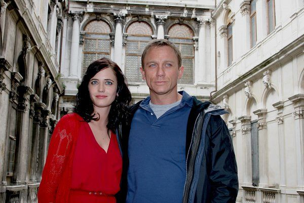 "Eva Green and Daniel Craig in Venice for the filming of the new James Bond film ""Casino Royale"" - 04-09 June 2006 FAMOUS PICTURES AND FEATURES AGENCY 13 HARWOOD ROAD LONDON SW6 4QP UNITED KINGDOM tel 0 fax 0 e-mail FAM17826"