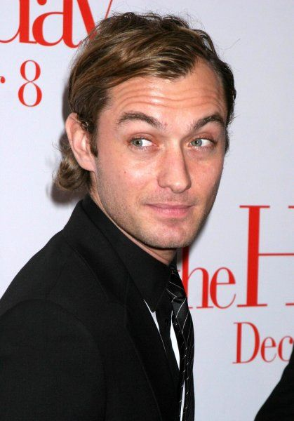 "Jude Law at the premiere of ""The Holiday"" in New York City - 29 November 2006 FAMOUS PICTURES AND FEATURES AGENCY 13 HARWOOD ROAD LONDON SW6 4QP UNITED KINGDOM tel +44 (0) 20 7731 9333 fax +44 (0) 20 7731 9330 e-mail info@famous.uk"