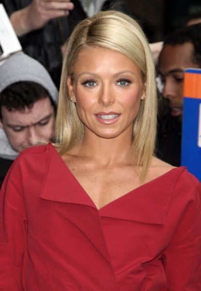 "Kelly Ripa outside ""The Late Show With David Letterman"" at the Ed Sullivan Theatre?in New York City - 16 April 2007 FAM20049"
